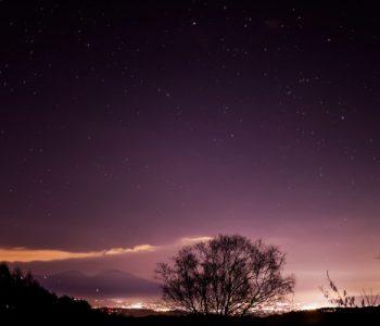 2020年12月4日、信州たてしな 白樺高原の三望台から北東方向、夜の星空風景