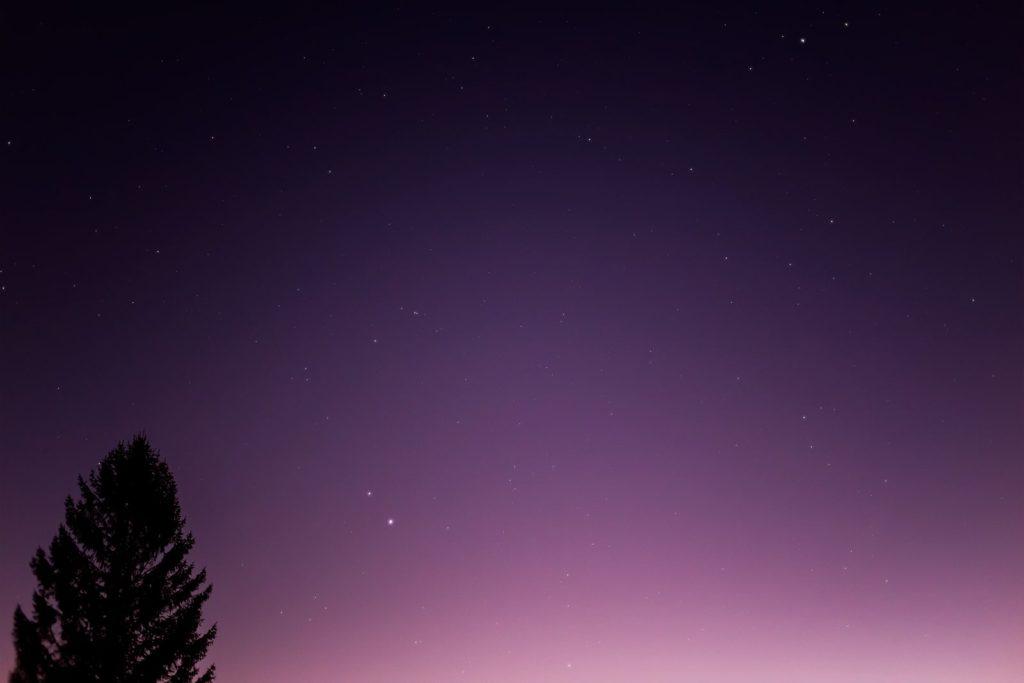 2020年12月6日、信州たてしな 白樺高原の白樺湖畔から南西方向、夜の星空風景。日に日に接近してきている木星と土星。