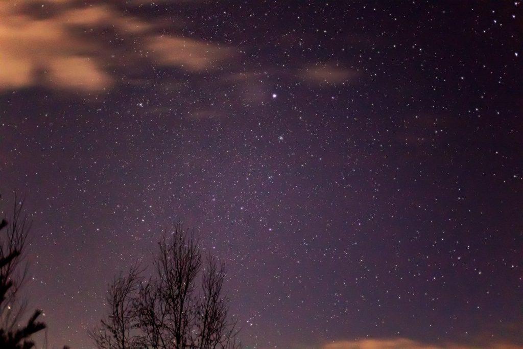 2020年12月7日、信州たてしな 白樺高原の三望台から、夜の星空風景。深夜、白樺高原の三望台からはおおいぬ座のシリウスがよく見えている。