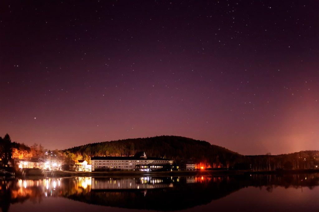 2020年12月9日、信州たてしな 白樺高原の白樺湖畔から北方向、夜の星空風景。穏やかな白樺湖の湖面に写る星空などの景色。