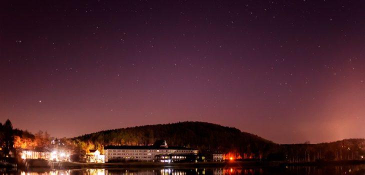 2020年12月9日、信州たてしな 白樺高原の白樺湖畔から北方向、夜の星空風景