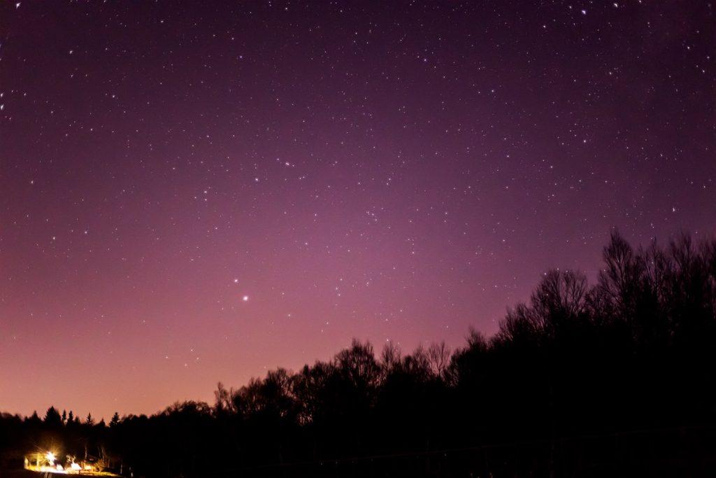 2020年12月9日、信州たてしな 白樺高原の蓼科第二牧場から南西方向、夜の星空風景。もうすぐ最接近となる木星と土星もだいぶ近づいている。