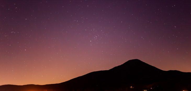 2020年12月10日、信州たてしな 白樺高原の白樺湖畔から東方向、夜の星空風景