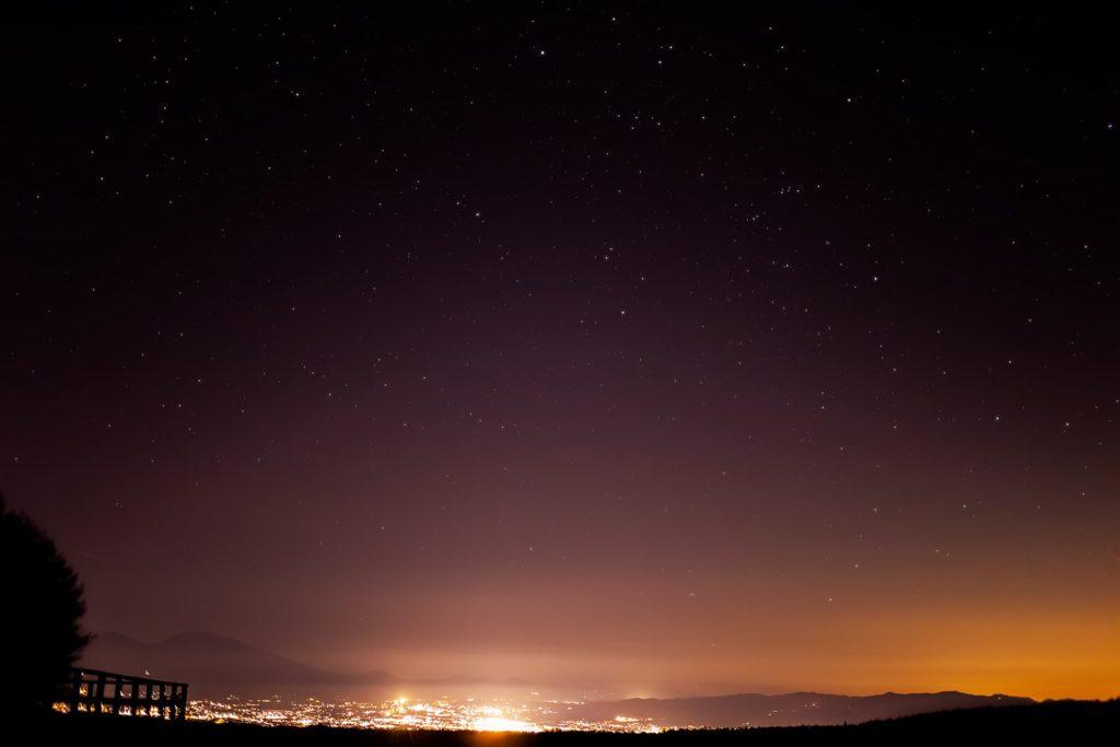 2020年12月10日、信州たてしな 白樺高原の蓼科第二牧場から北東方向、夜景と星空風景。佐久平の夜景と浅間山、上空にはぎょしゃ座も見える。