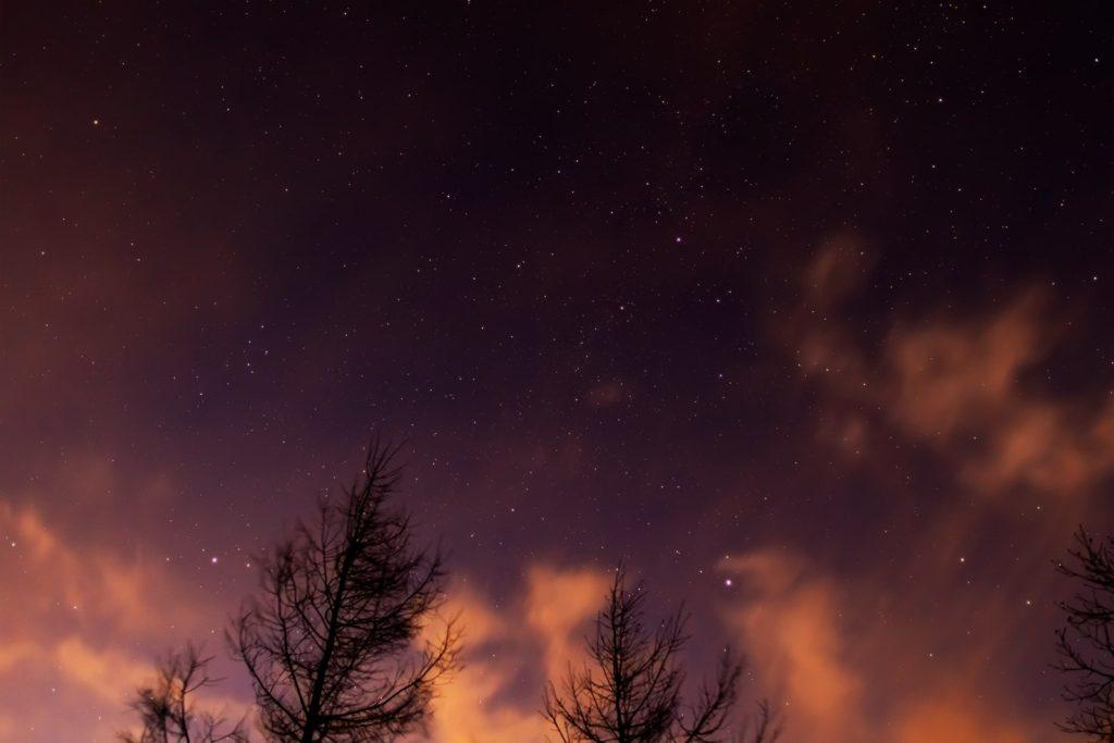2020年12月11日、信州たてしな 白樺高原の夕陽の丘公園から、夜の星空風景。沈みかけの夏の大三角形(ベガ、アルタイル、デネブ)とはくちょう座。