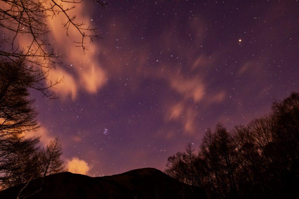 2020年12月11日、信州たてしな 白樺高原の夕陽の丘公園から、夜の星空風景。東には蓼科山のシルエットとともにプレアデス星団(すばる)や火星が輝く。