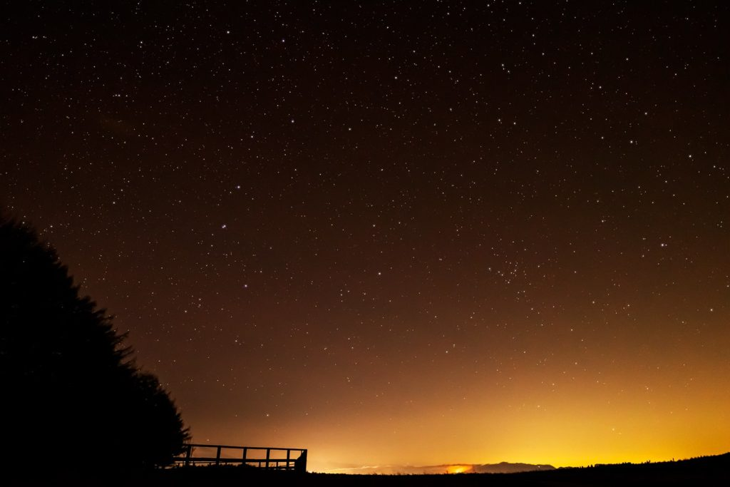 2020年12月12日、信州たてしな 白樺高原の蓼科第二牧場から北東方向、夜の星空風景。佐久平の街明かりに照らされた夜空に昇る北斗七星など。
