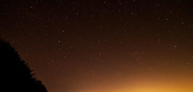2020年12月12日、信州たてしな 白樺高原の蓼科第二牧場から北東方向、夜の星空風景