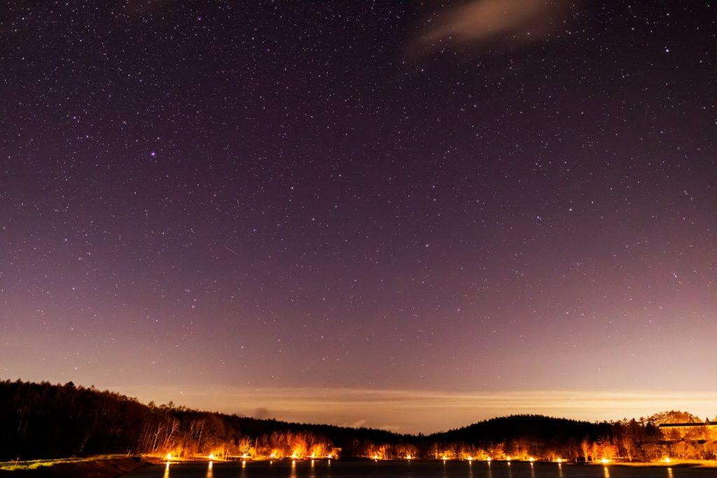 2020年12月13日、信州たてしな 白樺高原の女神湖畔から、夜の星空風景。女神湖畔から北の方角を見た夜空、りゅう座やこぐま座、北極星にこと座のベガなど多くの天体が確認できる。