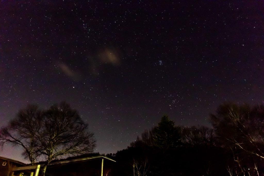 2020年12月13日、信州たてしな 白樺高原の女神湖畔から、夜の星空風景2。東の空にはプレアデス星団(すばる)をはじめ多くの星が浮かぶ。