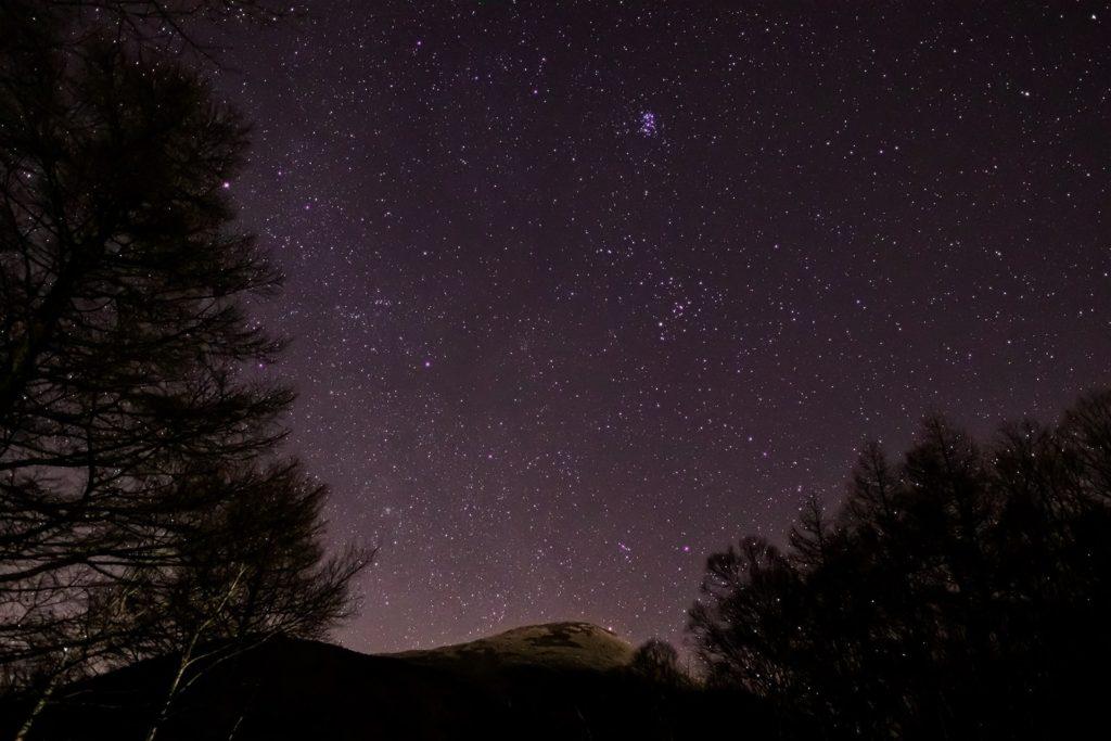 2020年12月13日、信州たてしな 白樺高原の夕陽の丘公園から、夜の星空風景。東の空にはプレアデス星団(すばる)が輝き流れ星も多く輝いた。