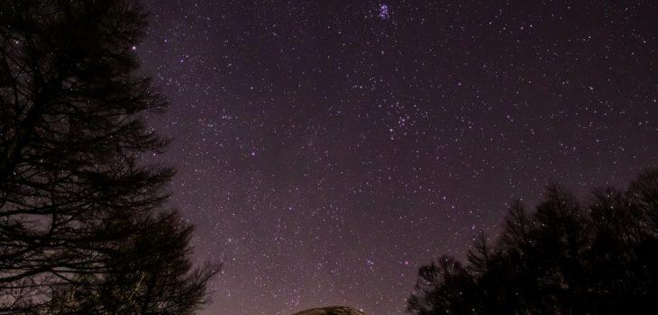2020年12月13日、信州たてしな 白樺高原の夕陽の丘公園から、夜の星空風景