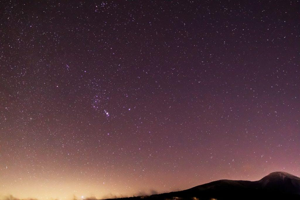 2020年12月14日、信州たてしな 白樺高原の蓼科第二牧場から南東の方向、夜の星空風景。蓼科山とオリオン座。ほかにもエリダヌス座やうさぎ座も。
