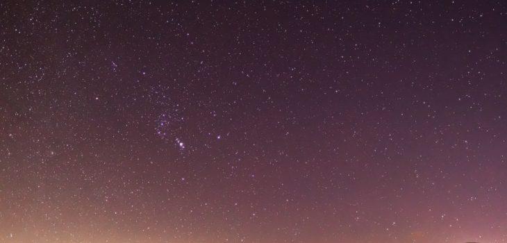 2020年12月14日、信州たてしな 白樺高原の蓼科第二牧場から南東方向、夜の星空風景