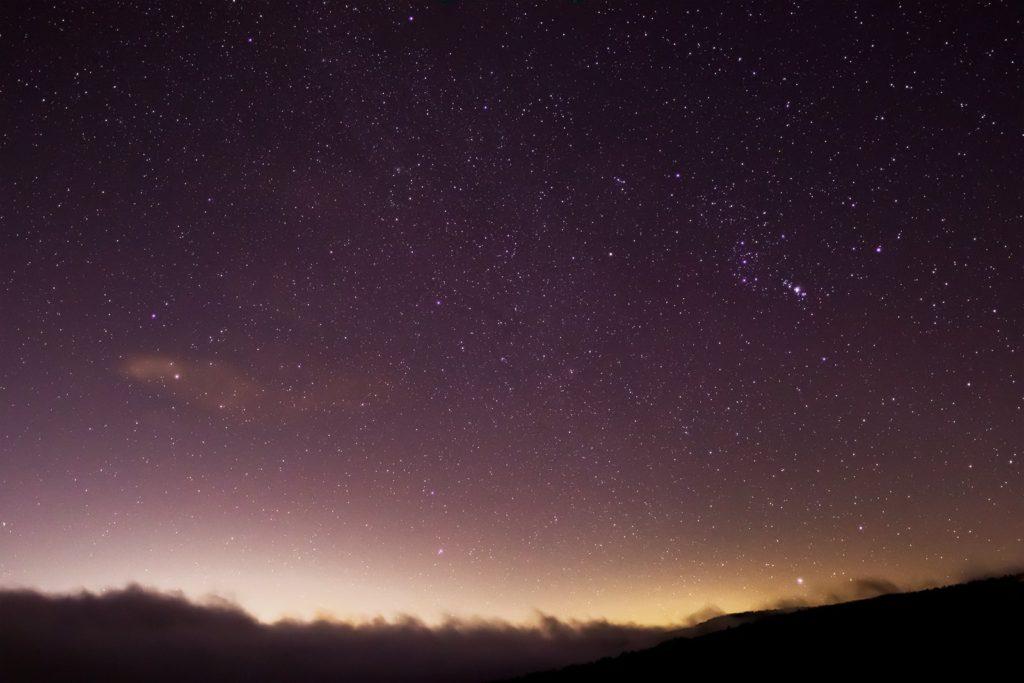 2020年12月14日、信州たてしな 白樺高原の蓼科第二牧場から東の方向、夜の星空風景。オリオン座のほかふたご座やこいぬ座もよく見え、冬の大三角がよく分かる。