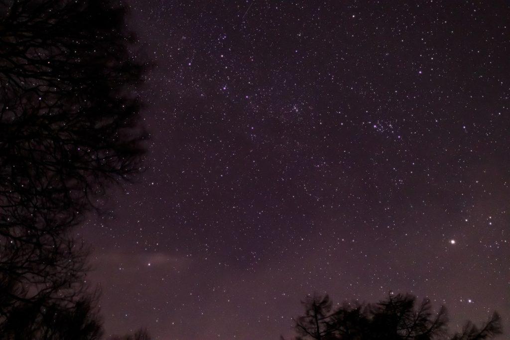 2020年12月15日、信州たてしな 白樺高原の蓼科第二牧場から北方向、夜の星空風景。カシオペア座や北極星がよく見える。