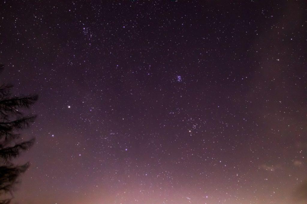 2020年12月15日、信州たてしな 白樺高原の蓼科第二牧場から北東方向、夜の星空風景。ぎょしゃ座のカペラやプレアデス星団(すばる)、おうし座など多くの星座が見える。