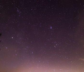 2020年12月15日、信州たてしな 白樺高原の蓼科第二牧場から北東方向、夜の星空風景