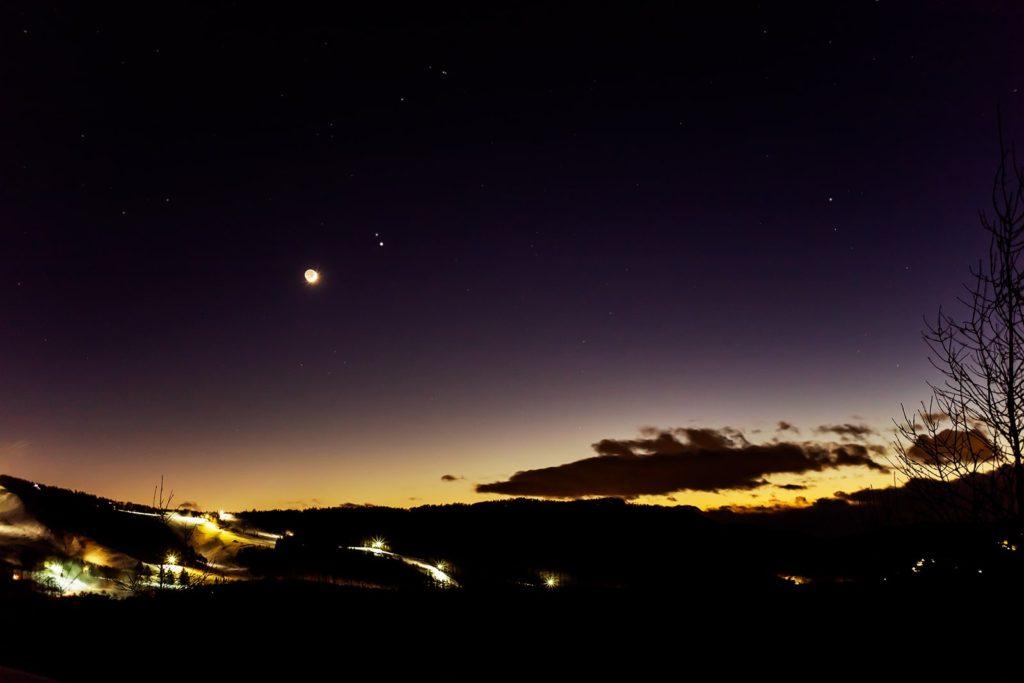 2020年12月17日、信州たてしな 白樺高原の夕陽の丘公園から、夜の星空風景。もうすぐ最接近となる木星と土星、さらに近くに見える月で幻想的な夜。