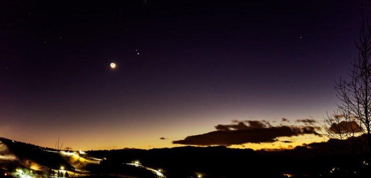 2020年12月17日、信州たてしな 白樺高原の夕陽の丘公園から、夜の星空風景
