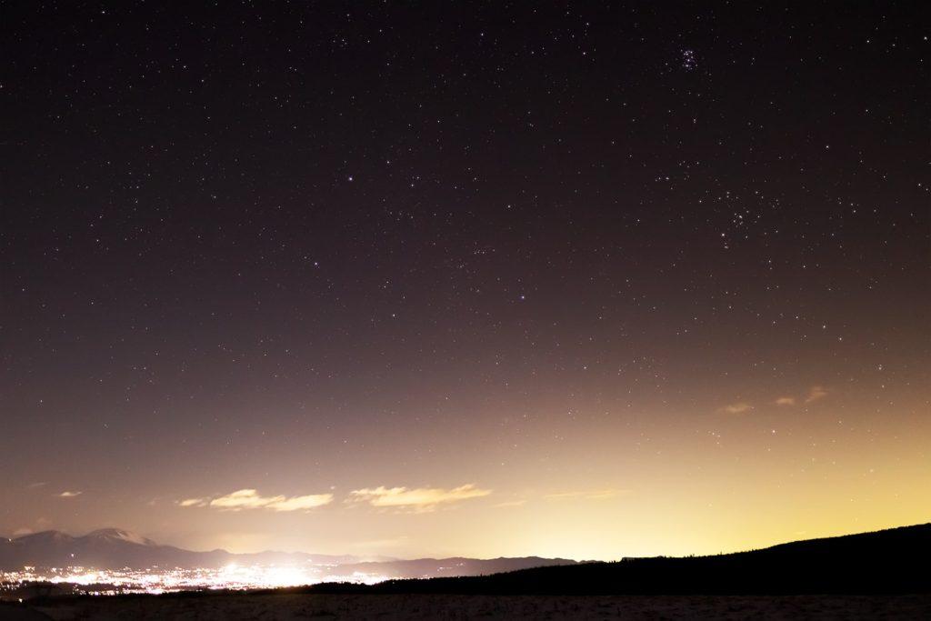 2020年12月17日、信州たてしな 白樺高原の蓼科第二牧場から北東方向、夜の星空風景。佐久平の夜景と浅間山、上空にはプレアデス星団(すばる)やぎょしゃ座、おうし座も