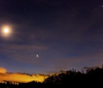 2020年12月18日、信州たてしな 白樺高原の蓼科第二牧場から見た南西方向、夜の星空風景