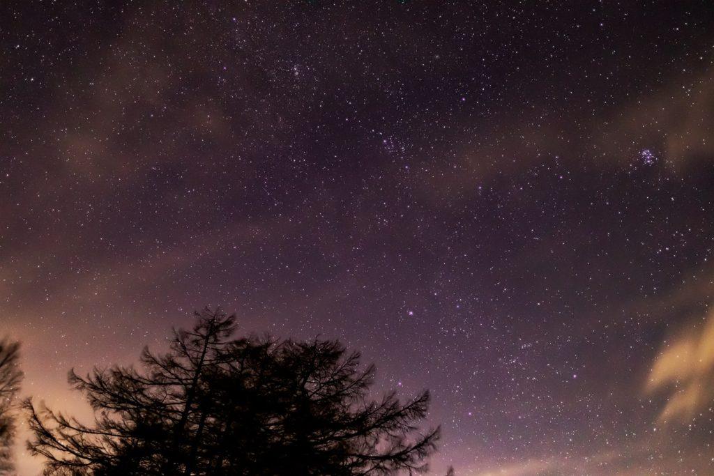 2020年12月18日、信州たてしな 白樺高原の蓼科第二牧場から北東の方向、夜の星空風景。ぎょしゃ座やプレアデス星団(すばる)がよく見える。