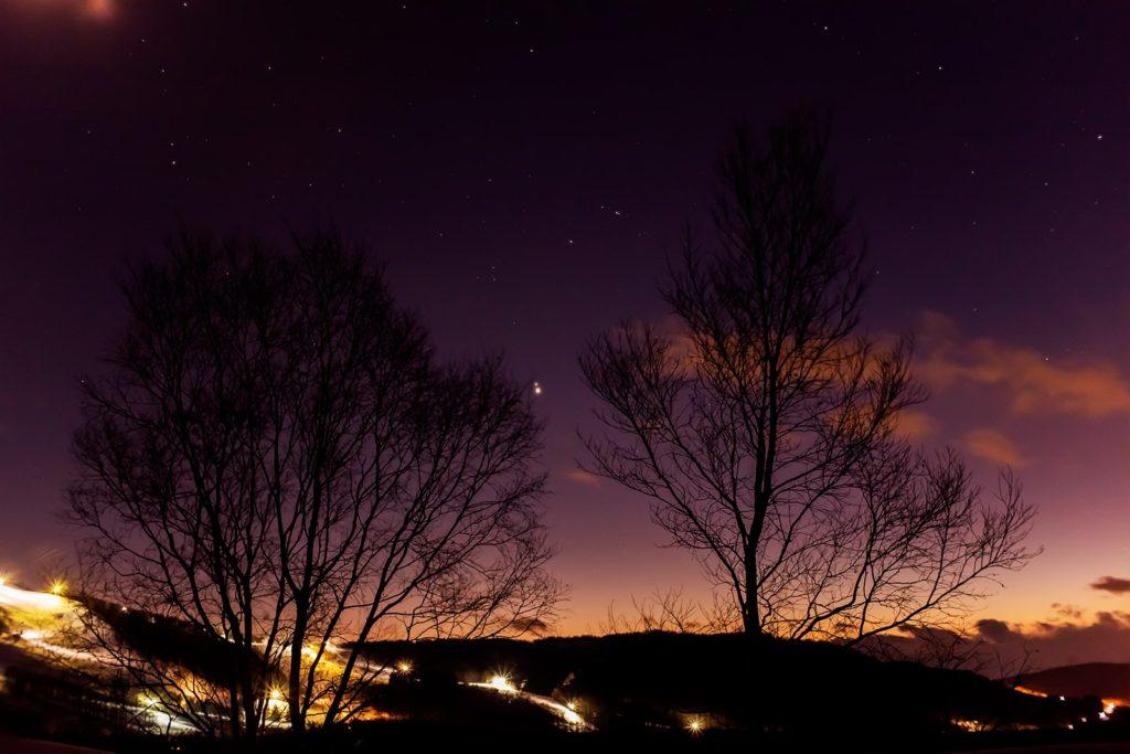 2020年12月19日、信州たてしな 白樺高原の夕陽の丘公園から、夜の星空風景。最接近を間近に控え重なりつつある木星と土星。