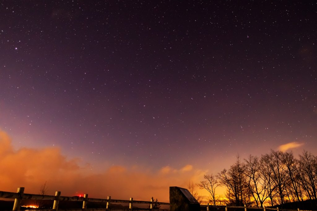 2020年12月17日、信州たてしな 白樺高原の夕陽の丘公園から北西、夜の星空風景。大きなりゅう座がよく見える。
