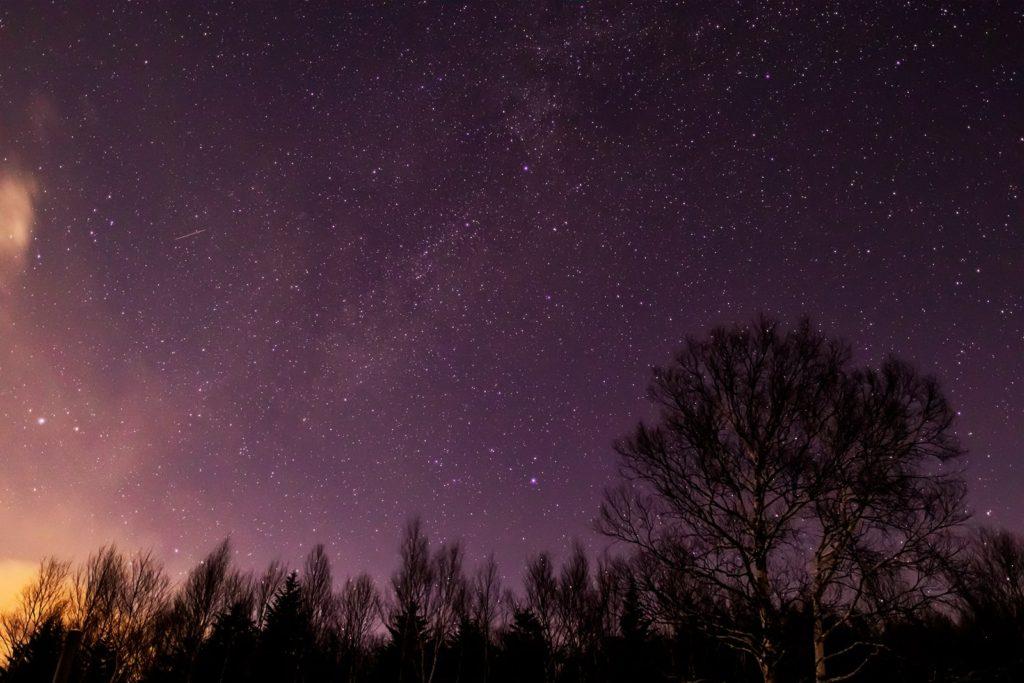 2020年12月19日、信州たてしな 白樺高原の蓼科第二牧場から北西の方向、夜の星空風景。沈む前の夏の大三角形やはくちょう座。
