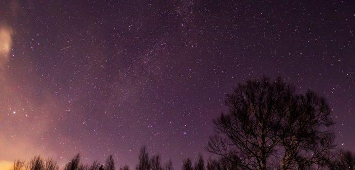 2020年12月19日、信州たてしな 白樺高原の蓼科第二牧場から北西の方向、夜の星空風景