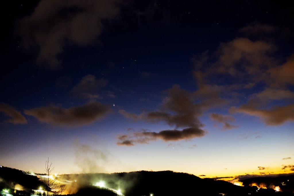 2020年12月20日、信州たてしな 白樺高原の夕陽の丘公園から西、夜の星空風景。いよいよ翌日に控えた最接近、木星と土星が至近距離に。