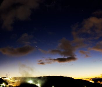 2020年12月20日、信州たてしな 白樺高原の夕陽の丘公園から西、夜の星空風景