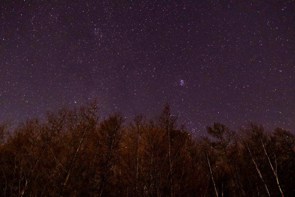 2020年12月20日、信州たてしな 白樺高原の夕陽の丘公園から、夜の星空風景。東の上空にはすばる(プレアデス星団)も輝く。