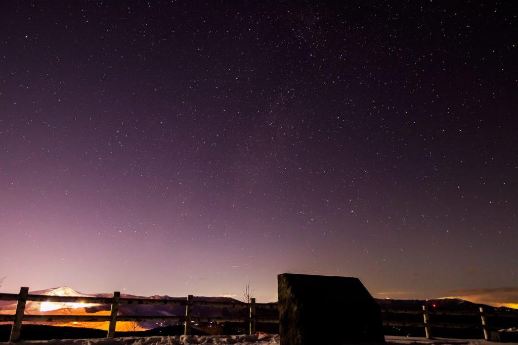 2020年12月20日、信州たてしな 白樺高原の夕陽の丘公園から北西、夜の星空風景。天の川のほかはくちょう座などがよく見える。