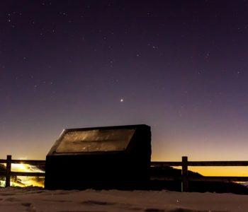 2020年12月21日、信州たてしな 白樺高原の夕陽の丘公園から西、夜の星空風景