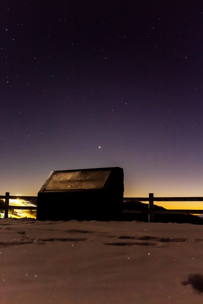 2020年12月21日、信州たてしな 白樺高原の夕陽の丘公園から西、夜の星空風景。木星と土星の最接近の日、ほぼ重なるような2つの惑星を夕陽の丘公園からは観測できました。