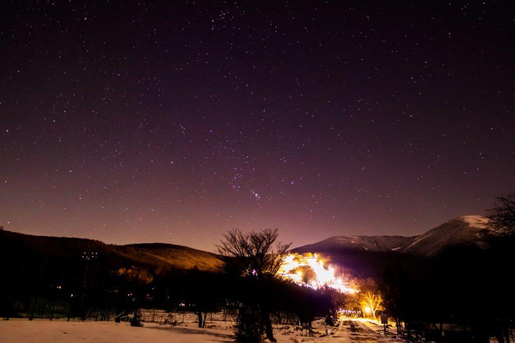2020年12月21日、信州たてしな 白樺高原の女神湖近くから見た、夜の星空。スキー場の灯りに負けず蓼科山の左側にきれいなオリオン座が見える。