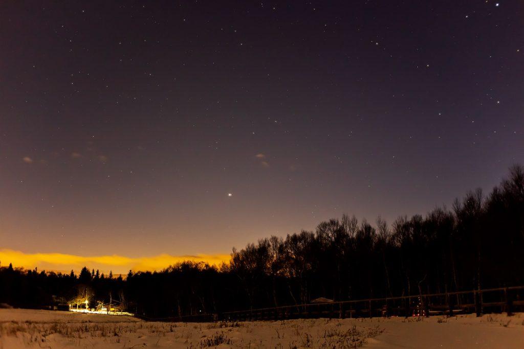 2020年12月22日、信州たてしな 白樺高原の蓼科第二牧場から西方向、夜景と星空の風景
