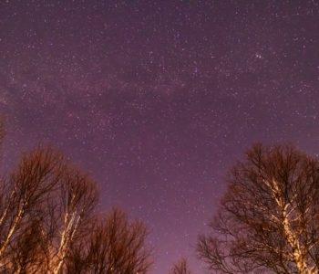 2020年12月22日、信州たてしな 白樺高原の蓼科第二牧場から北方向、夜景と星空の風景