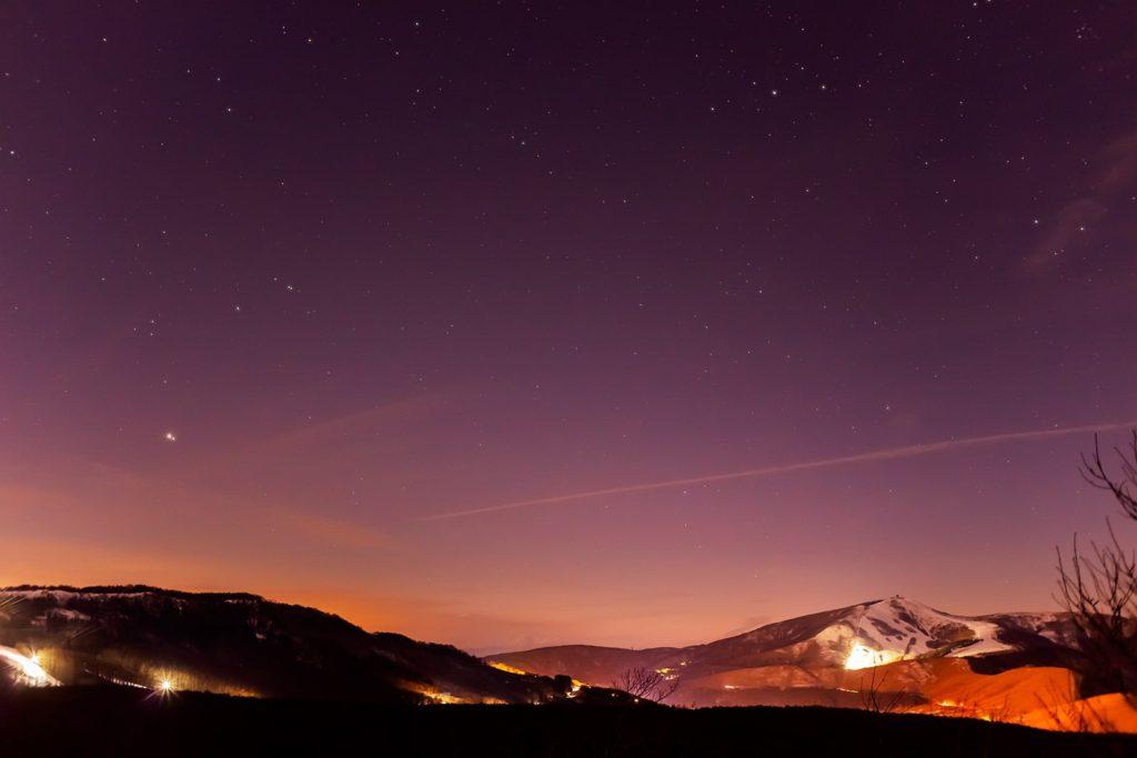 2020年12月23日、信州たてしな 白樺高原の夕陽の丘公園から西、夜の星空風景。木星と土星の超接近から2日が経ちすこし離れた木星と土星のほかわし座やアルタイルも見える。