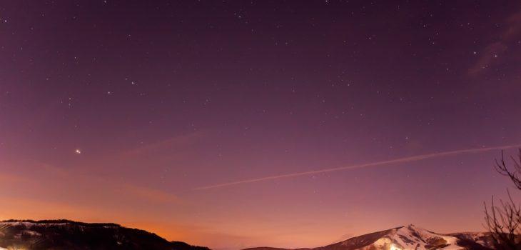 2020年12月23日、信州たてしな 白樺高原の夕陽の丘公園から西、夜の星空風景