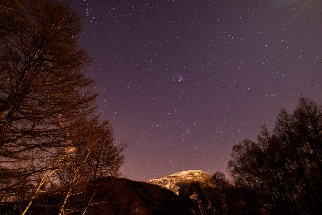 2020年12月23日、信州たてしな 白樺高原の夕陽の丘公園から見た東側、夜の星空風景。夕陽の丘公園の東側には蓼科山が見え、その上空におうし座がが