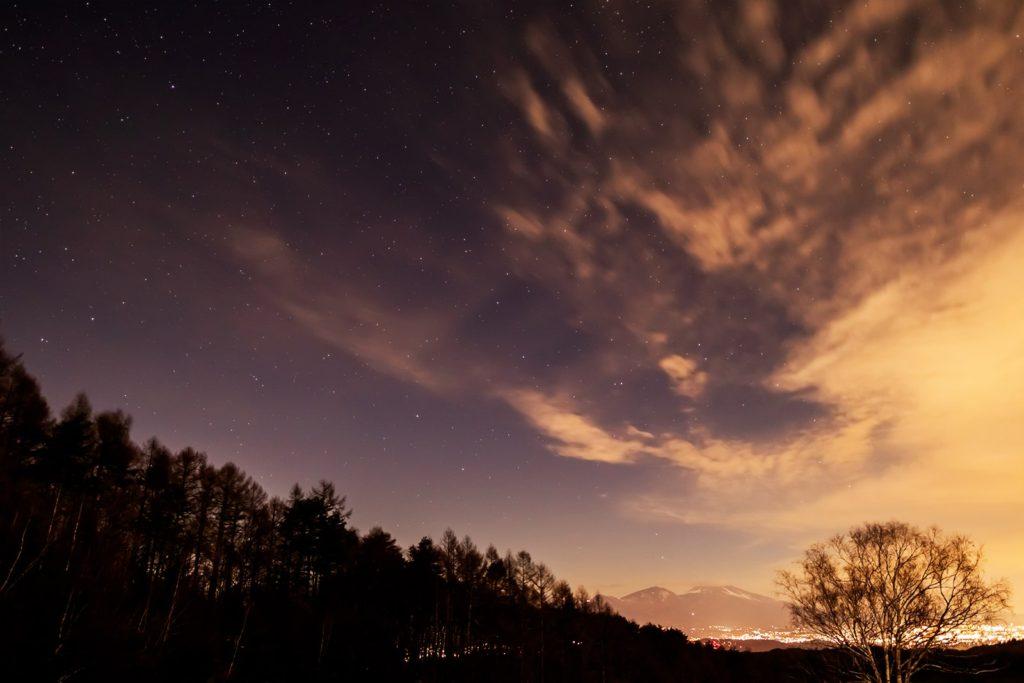 2020年12月24日、信州たてしな 白樺高原の三望台から見る、夜の星空風景。写真左側にはこぐま座(北極星)が見える。
