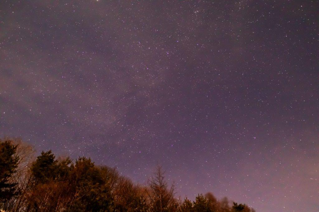 2020年12月24日、信州たてしな 白樺高原の三望台から見る、夜の星空風景2。夜空にはケフェウス座やカシオペヤ座などが見えている。
