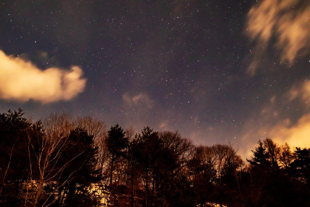 2020年12月24日、信州たてしな 白樺高原の三望台から見る、夜の星空風景2。全体的に雲が多い夜空ではあるが北の方角には比較的雲も少なかった。