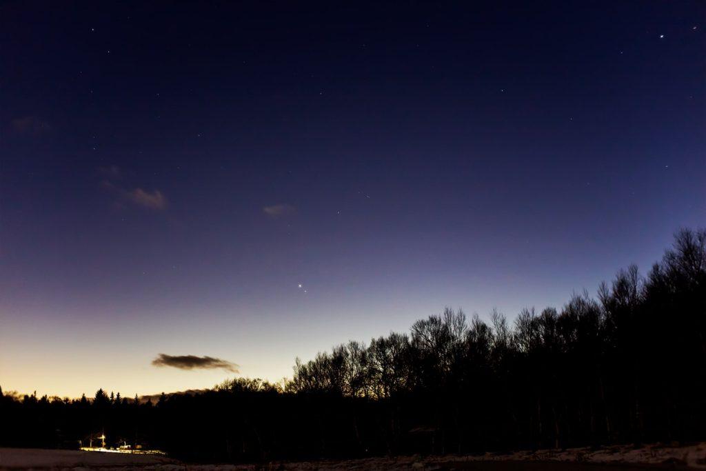 2020年12月26日、信州たてしな 白樺高原の蓼科第二牧場から西方向、夜の星空風景。超接近から徐々に離れる木星や土星のほか、やぎ座など。