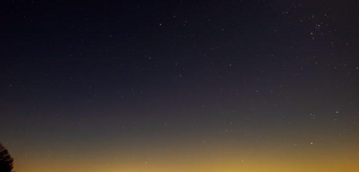 2020年12月26日、信州たてしな 白樺高原の蓼科第二牧場から北東方向、夜景と星空の風景