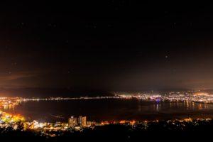 諏訪湖を望む立石公園からの夜の星空風景