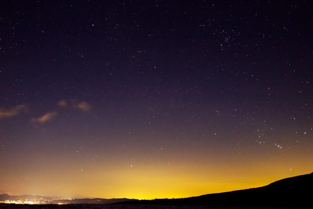 2021年1月1日、信州たてしな 白樺高原の蓼科第二牧場から北東方向、夜景と星空の風景。稜線から昇ってきたオリオン座など